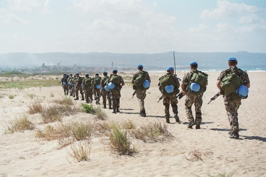 In marcia sulla spiaggia