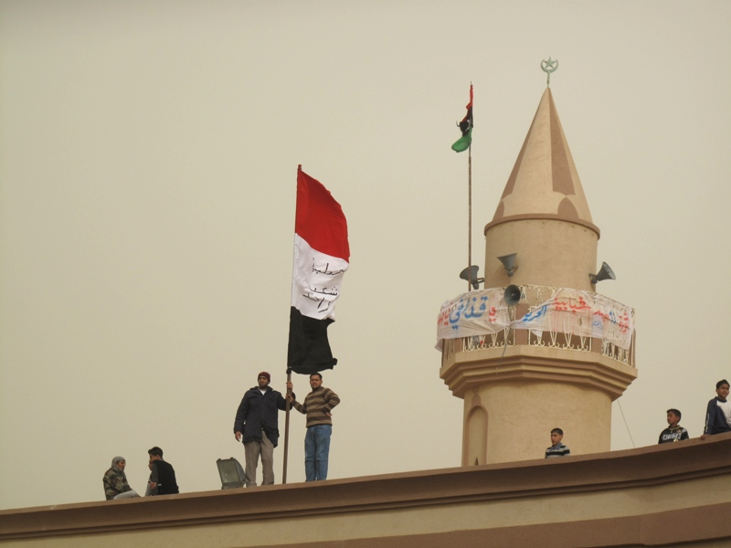 La bandiera egiziana e quella della nuova Libia