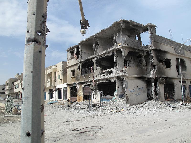 Edifici sventrati e morti per le strade nel silenzio di una città fantasma