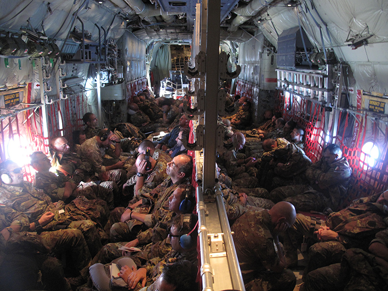 Soldati della brigata Sassari in arrivo in Afghanistan a bordo di un C-130