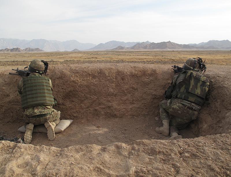 In trincea a difesa di una postazione della polizia afghana