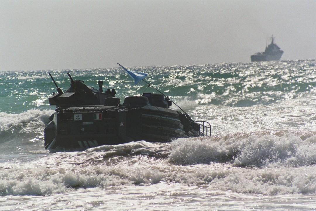 Lo sbarco dei cingolati anfibi sulla spiaggia di Tiro