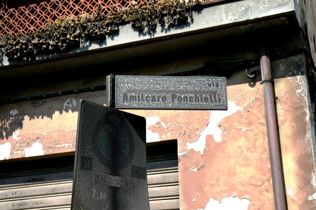 L'insegna di via Ponchielli, la strada devastata dalle fiamme