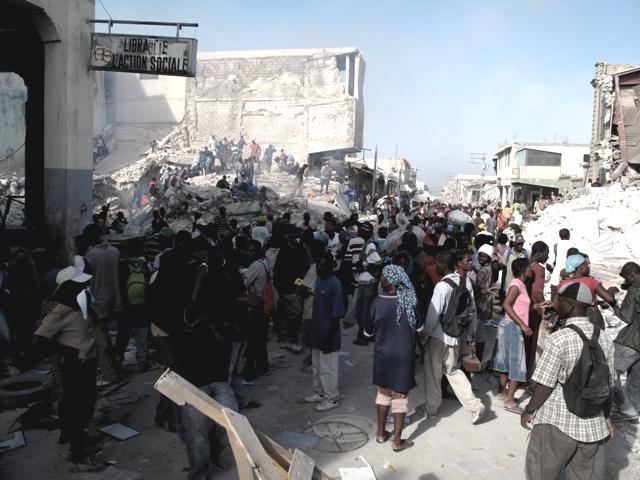 La folla nel centro di Port au Prince alla ricerca di cibo e acqua