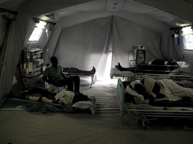 Una delle tende dell'ospedale da campo della Protezione civile italiana