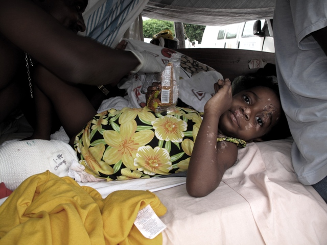 Feriti nel cortile dell'ospedale Generale di Port au Prince