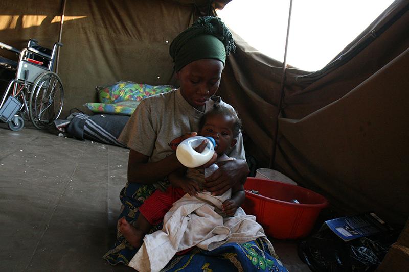 La vita in tenda: madri e figli, disabili, anziani, costretti in spazi angusti sotto un caldo torrido
