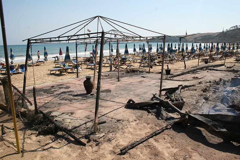 La spiaggia di San Nicola da dove migliaia di bagnanti si sono salvati gettandosi in mare
