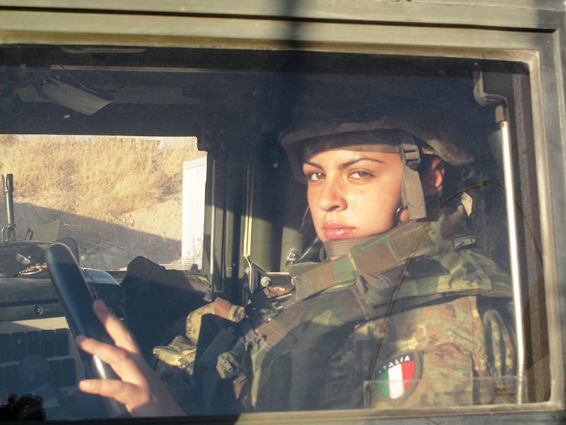 Anche le donne sono impegnate in prima linea: una soldatessa alla guida di un Lince