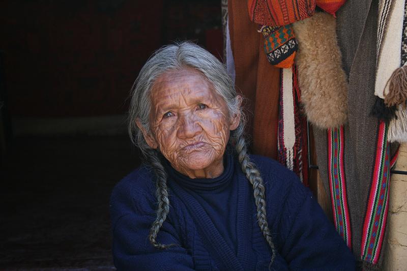 Un' anziana donna indios. Spesso per i vecchi la vita è molto difficile in villaggi privi di qualsiasi assistenza.