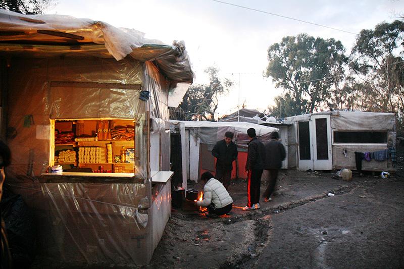 """La """"piccola Kabul"""" di Patrasso: baracche di cartone per 5 mila profughi"""