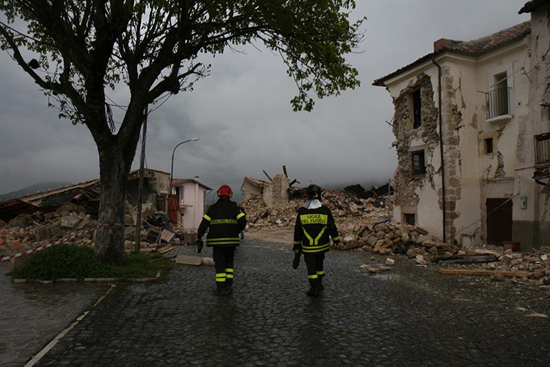 Vigili del fuoco tra le rovine