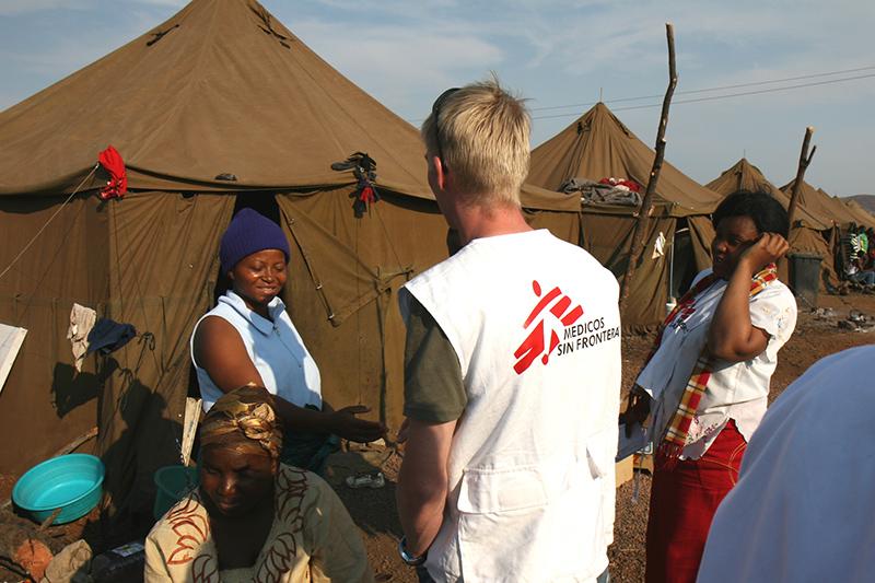 I volontari di Medici senza Frontiere al lavoro nel campo vicino a Pretoria