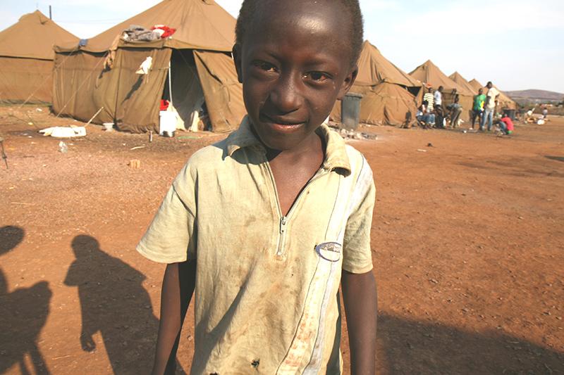 Migliaia di immigrati africani che vivevano in Sud Africa sono stati cacciati dalle loro case e ora vivono in grandi campi profughi alla periferia delle città. Non hanno cibo, acqua e medicine. nessuno si occupa di loro.
