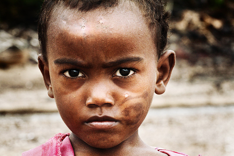 Un bimbo nel villaggio dei cavatori nell'isola di Nosy Be