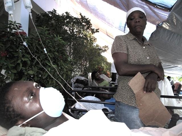 I feriti accampati davanti agli ospedali