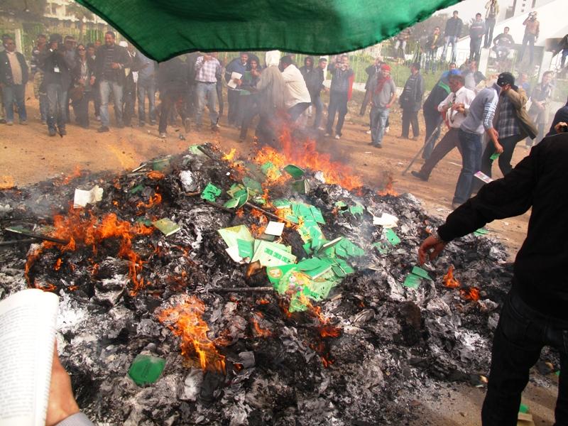 Al rogo il libro verde di Gheddafi