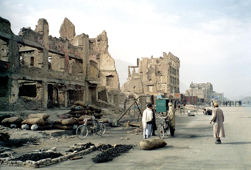 Le strade di Kabul ridotte in macerie da 25 anni di guerre