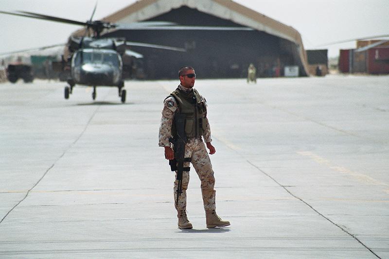 Soldato italiano sulla pista dell'aeroporto di Tallil