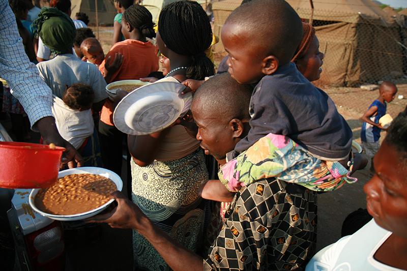 Padre e figlio, in fila per un piatto di zuppa di fagioli