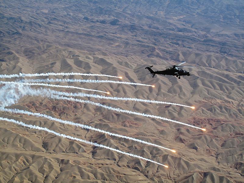Un elicottero da combattimento Mangusta lancia i disposititi di difesa anti missile