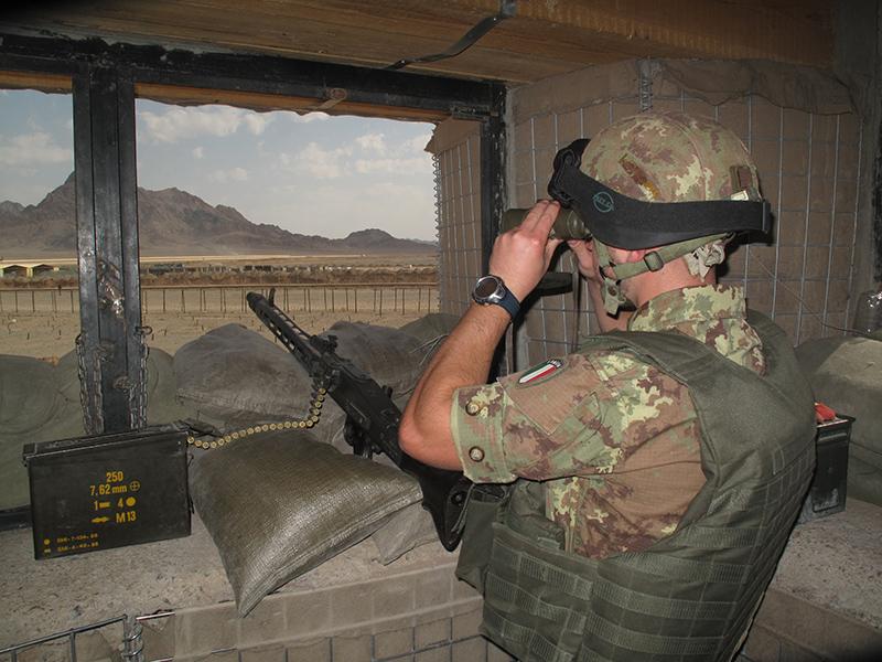 Sentinella in una base operativa avanzata nei dintrorni di FARAH