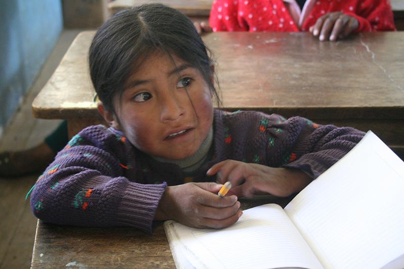 In alcuni villaggi la mancanza di strutture scolastiche, materiale e insegnanti, costringe a riunire alunni di età diverse nella stessa classe.