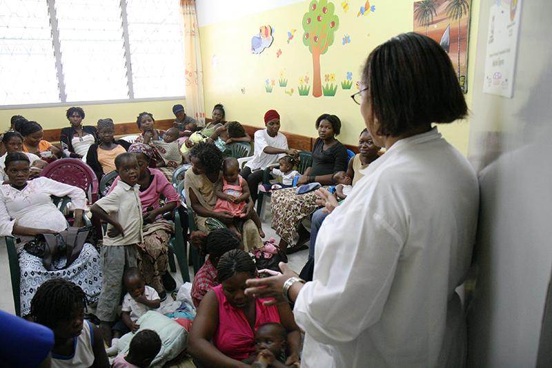 Donne e bambini in attesa di una visita nel centro medico di Machava