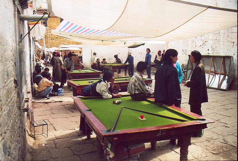 Tibetani giocano per le strade di Lhasa